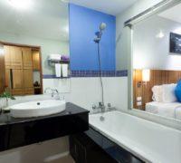 9.2Deluxe-Pool-Access-Bathroom-min
